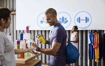 Bargeldloses Einkaufen mit Fitbit-Tracker.